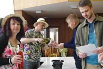 Celkem 121 vzorků vín měli možnost v sobotu 13. dubna odpoledne ochutnat návštěvníci tradičního koštu odrůdových vín v kulturním domě v Dolním Němčí.