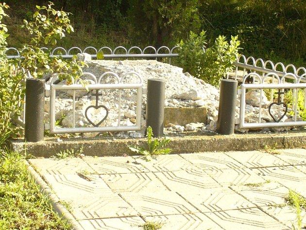 PRÁZDNÝ. Jeden z dočasně osiřelých podstavců kříže, jehož v těchto dnech restaurátor obnovuje, se nachází u hlavní silnice u odbočky na Vlčnov.