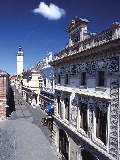 Lékárna U Zlaté koruny je jedním z dominantních prvků historické zóny Uherského Hradiště.