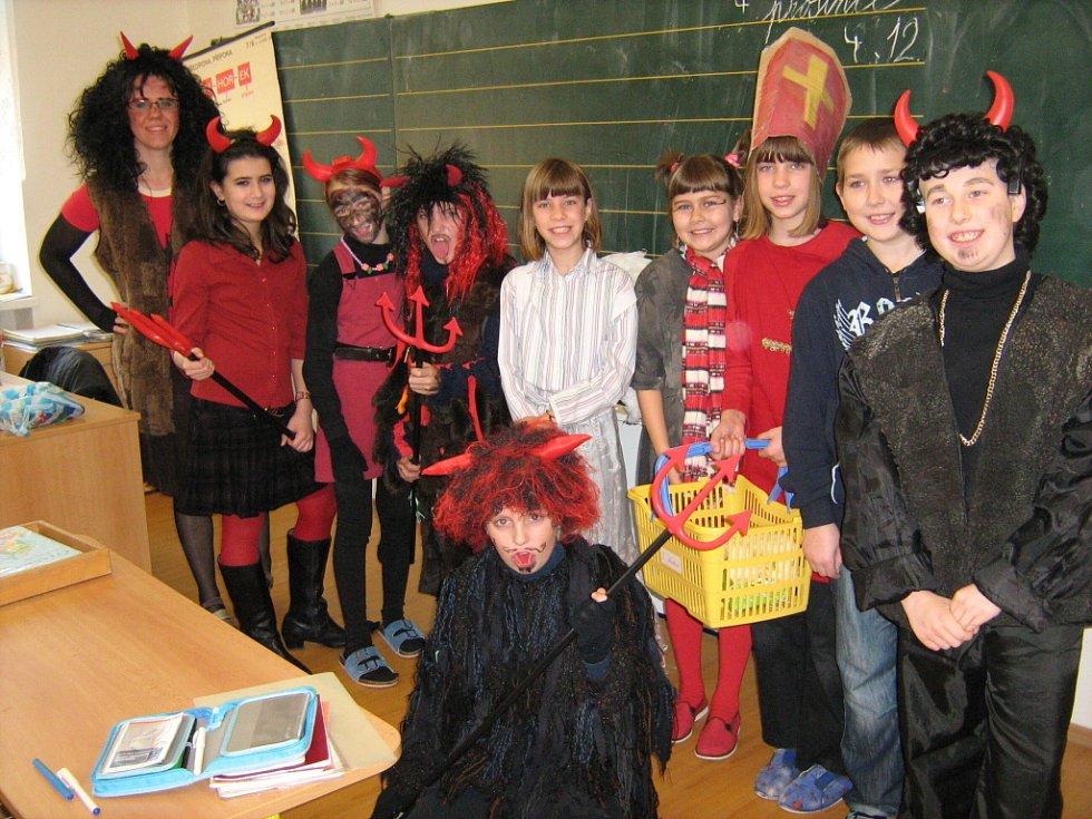 Do masek se vystrojili žáci i učitelé.