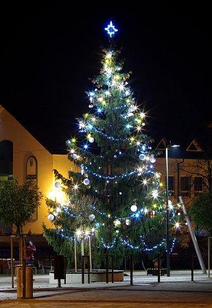 Vánoční strom města Bojkovice, který je umístěný na Tillichově náměstí.