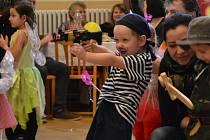 Mušketýr, několik kostlivců, víl, čarodějnic, ale i klaun či pirátka se ve v sobotu odpoledne proháněli po tanečním parketě v Šumicích. Tamní kulturní dům patřil od 14 hodin dětem a jejich karnevalu.