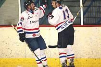Hokejisté HC Uherské Hradiště (v bílém) porazili v krajské hokejové lize Blansko 4:3.