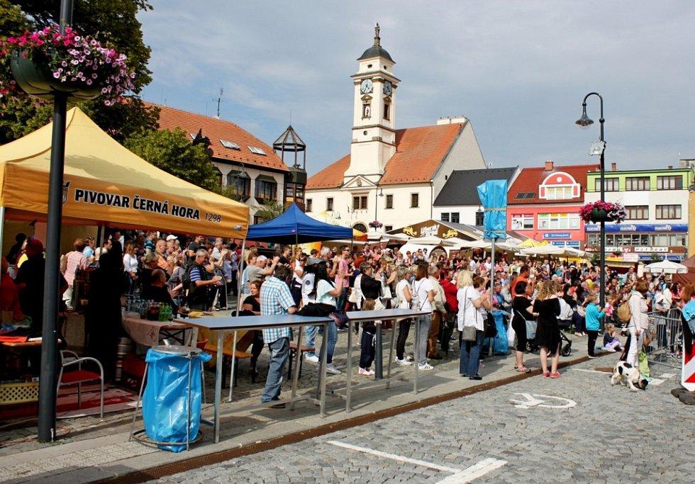 Brodské náměstí zaplnily stánky s rozličným sortimentem. Nechyběli na něm ani lidoví tvůrci, zpěváci, muzikanti a folkloristé