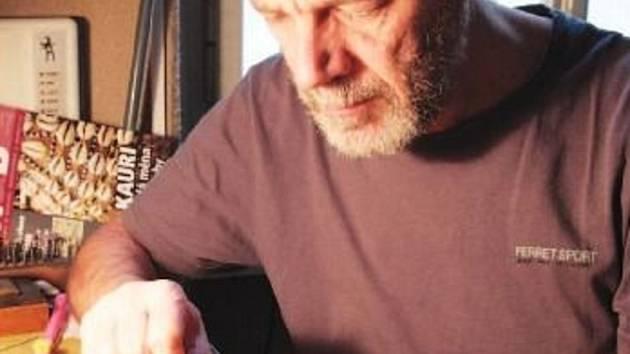 Na snímku autor nové medaile pracuje na razidle.