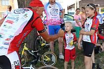 Cyklistický peloton zavítal v rámci benefiční akce Na kole dětem také do Drslavic.