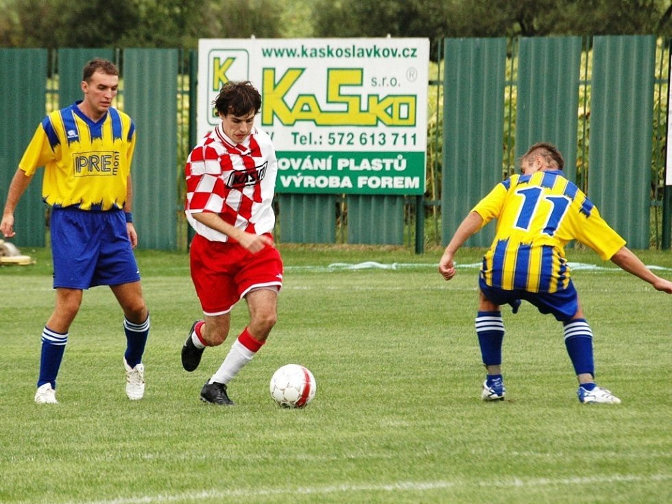 Vyhecované derby mezi Slavkovem a Stráním (ve žlutomodrém) vyhráli domácí fotbalisté těsně 1:0.