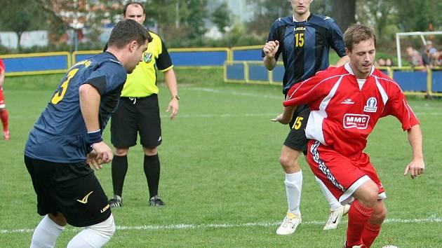 Fotbalistu Louk Tomáše Buršu (u míče) Petr Janda (vlevo) z Admiry Hulín uhlídal, navíc se i jednou trefil. Svým výkonem k vítězství hostů pomohl i Jakub Šenkeřík (vzadu).