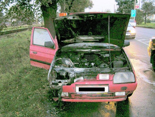 Auto zničily plameny.
