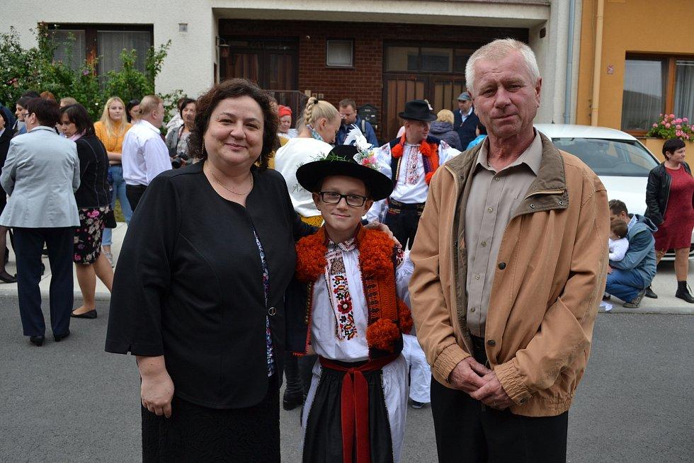 Růžena Hlůšková se synem Martinem v kroji a manželem.