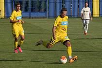 Fotbalisté divizního Strání (žluté barvy) vstoupili do divizní sezony těsnou porážkou.