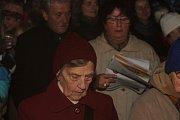 I na uherskohrdišťském Masarykově náměstí před kavárnou Jiné Café se sešly stovky zpěváků, aby si šesticí koled připomněly atmosféru Vánoc na akci Česko zpívá koledy.