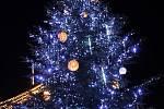 """Čtenáři Slováckého deníku nakonec vánočnímu stromu na Masarykově náměstí v Uherském Hradišti vybrali jméno """"Světluška""""."""