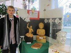 Prostřednictvím internetové aukce nabídl umělec z Boršic u Blatnice své dílo v podobě dřevěného reliéfu.