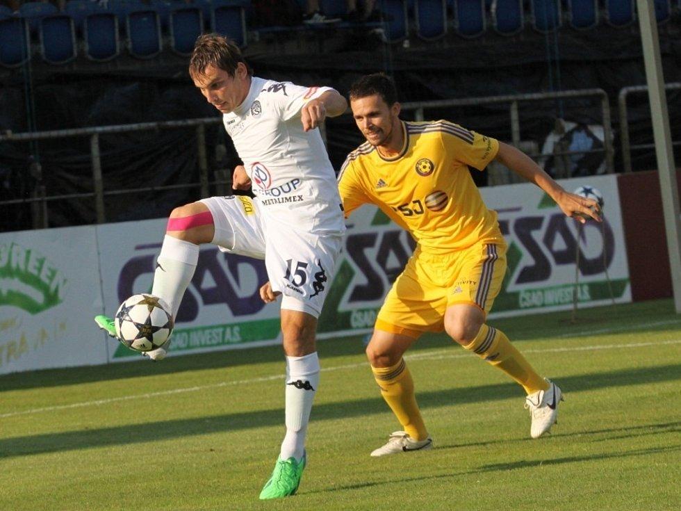Vlevo Roman Haša, který nahradil na hrotu útoku zraněného Libora Doška.
