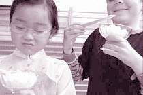 Netradiční jazykovou výuku zpestřila i konzumace pokrmů za pomoci asijských hůlek.