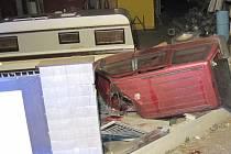 Nehoda v Drslavicích: auto vyletělo ze silnice a zdemolovalo oplocení pozemku