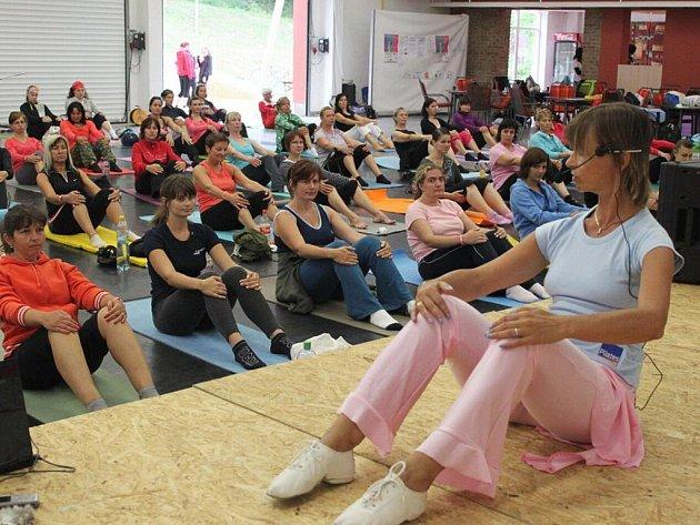 Pod vedením lektorky si ženy zacvičily pilates.