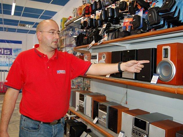V PRODEJNĚ. Ivan Sekanina se specializuje na satelitní techniku, poradí ale také třeba při výběru hudebních zařízení.