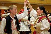 Na babickém krojovém plese předvedli moravskou besedu.