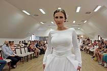 VERNISÁŽ: Z vystavených fotografií vznikla věčná vzpomínka na svatební den. Slavnostní zahájení výstavy umocnila přehlídka svatebních šatů.