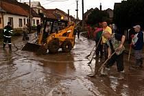 Starosti s bahnem, vodou i poškozeným nábytkem mají v těchto dnech ve třech obcích Slovácka. Odklízení následků pondělní povodně bude trvat několik týdnů.