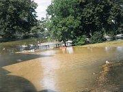 Nábřeží u bývalých jatek v Uh. Hradišti (jatka vlevo vrhají stín do vody)