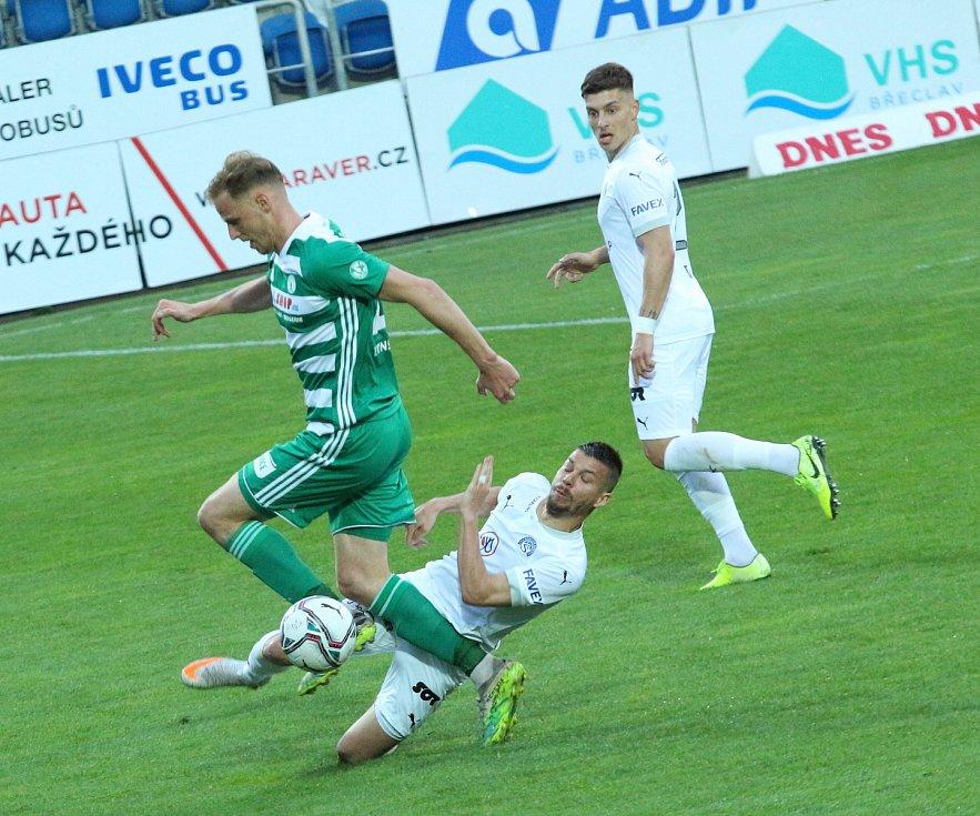 Fotbalisté Slovácka (v bílých dresech) se ve 32. kole FORTUNA:LIGY utkali s pražskými Bohemians.