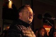 I na uherskohradišťském Masarykově náměstí před kavárnou Jiné Café se sešly stovky zpěváků, aby si šesticí koled připomněly atmosféru Vánoc na akci Česko zpívá koledy.