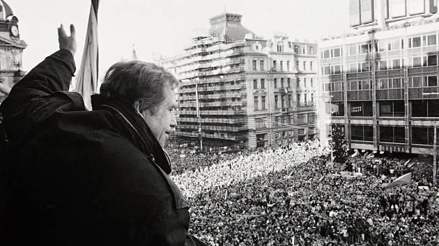 Výstava Okamžiky 100letí na Mariánském náměstí v Uherském Hradišti.Václav Havel 1989
