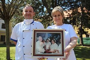 Šéfkuchař Bronislav Směšný a kuchařka Jarmila Klemešová se zarámovanou fotografií, na které jim Jan Pavel II. děkuje za oběd, který mu uvařili.