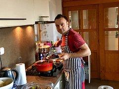 V kuchyni jsem doma. Má původní profese mě k tomu předurčila. Miluji vaření, pečení a vše, co se týče moderní kuchyně.