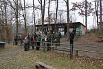 Uchazeči o lovecký lístek sledovali střelby svých spolužáků.