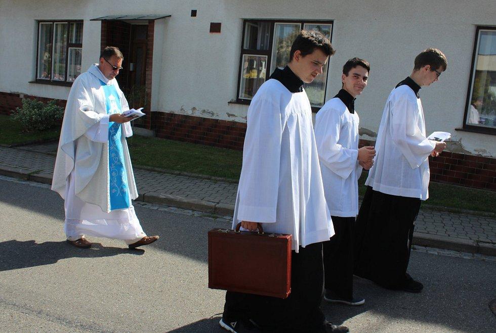 VHLŮŠKU. U kapličky Panny Marie Sedmibolestné se v neděli konala poutní mše svatá.