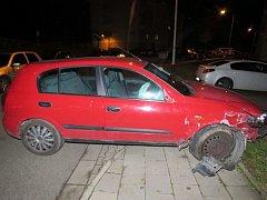 Čtyři zaparkovaná vozidla naboural v neděli večer 20. listopadu v Uherském Brodě v ulici V. Růžičky devětadvacetilý řidič. Při nehodě utrpěl zranění, nadýchal 3,04 promile alkoholu.