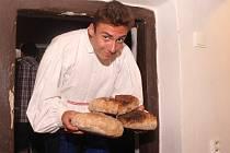 Na jubilejním desátém pečení chleba v Dolním Němčí si návštěvníci u místního Muzea Na Mlýně mohli pochutnávat na osmačtyřiceti bochnících se sádlem a cibulí či škvarky.