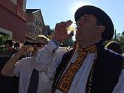 Slavnosti vína 2016 – první burčák starosty Stanislava Blahy a místostarosty Iva Frolce před sklepem U Lisu.