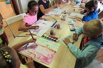 Tento turnus má název Umění nás baví a účastní se ho 12 dětí, které během tvořivého dopoledne, něco vyrobí, nakreslí nebo namalují.