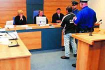 Předseda senátu Radomír Koudela (uprostřed)  po vynesení rozsudku ještě promluvil do duše odsouzenému Rudolfu Žigovi, aby si  uvědomil, co svým chováním způsobil .