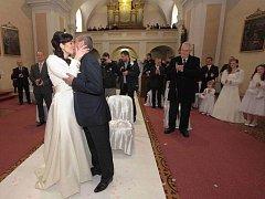 Šéf prezidentské kanceláře Vratislav Mynář se v Osvětimanech oženil s moderátorkou České televize Alexandrou Noskovou. Za svědka mu šel prezident Miloš Zeman