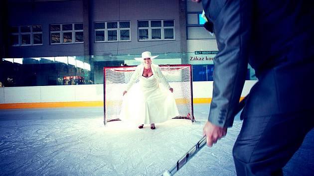 Radek Kučera na magické datum 11. 11. 2011 přesně v 11 hodin vstoupil do svazku manželského. Hned potom si vyzkoušel střelbu na svou manželku Zuzanu