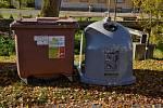 Šedý kontejner na sběr kovů (vpravo). Ilustrační foto