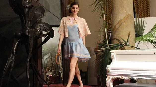 Přehlídka modelů z 1. republiky zahájila výstavu Šaty dělají člověka. Pokřtili tam také knihu Radka Tomečka Uherský Brod 1918 - 1938.