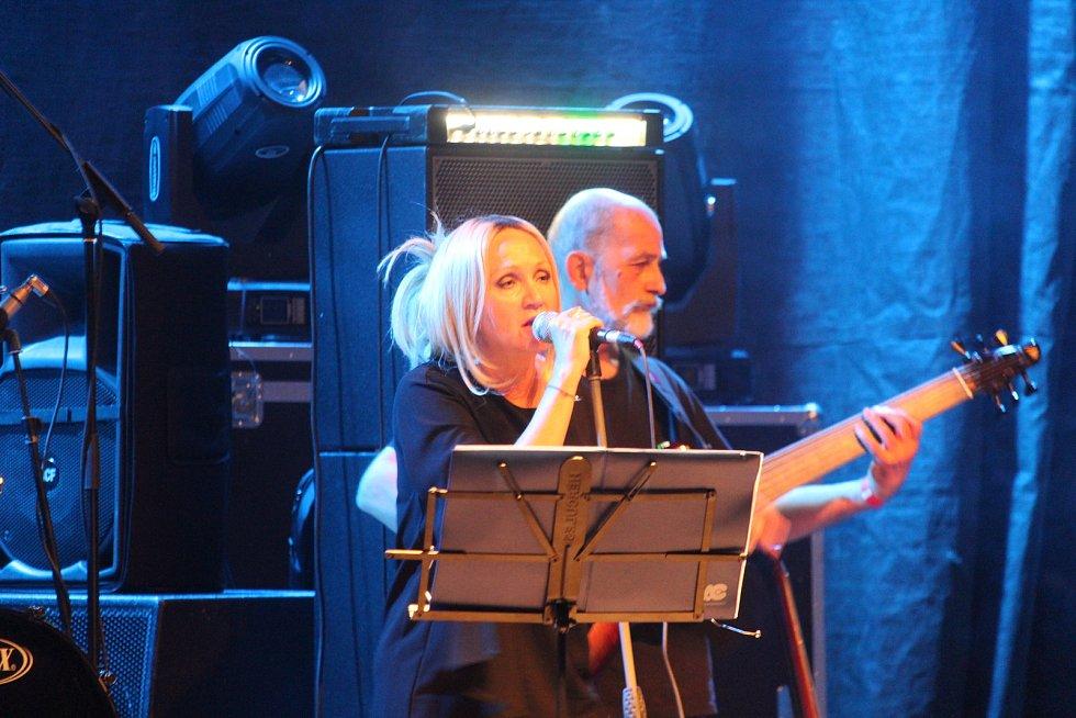 Koncert kapely Stromboli v zámeckém amfiteátru v Buchlovicích. Bára Basiková