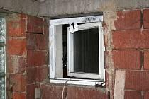 Garážovým okýnkem se zloděj protáhl dovnitř a šel najisto ukrást peněženku spícím majitelům.