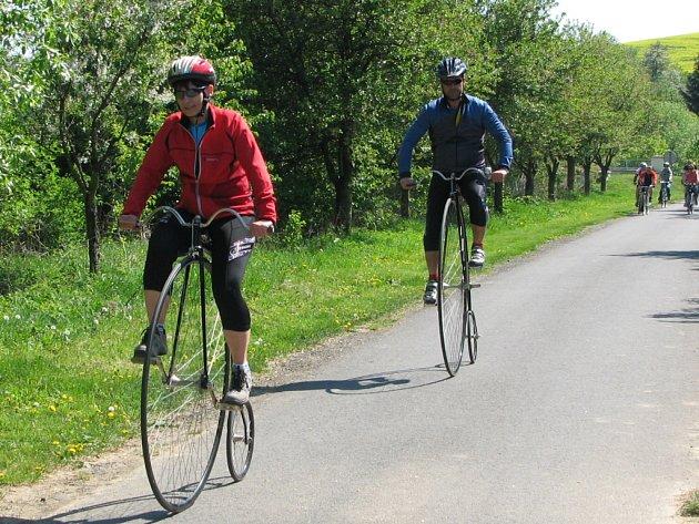 Na Velehrad přivedli peloton cyklistů manželé Příleští.