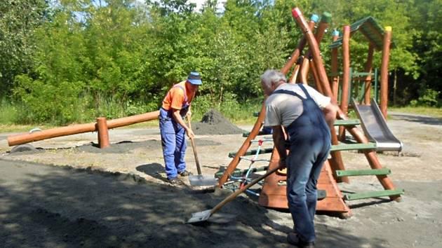 Budování dětského hřiště. Ilustrační foto.