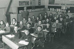 ČTVRŤÁCI. Pan učitel Bábíček ve školním roce 1958/1959 ve třídě s tehdejšími čtvrťáky.