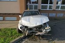Řidička Felicie napřed sestřelila dopravní značku a pak se s autem zapíchla do fasády Kulturního domu.