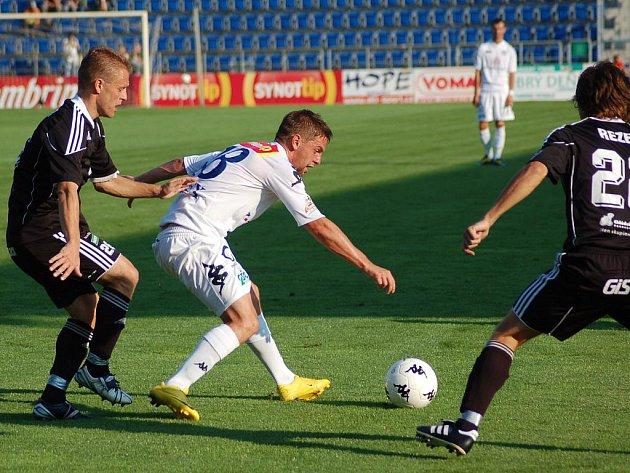 Václav Ondřejka zezadu atakovaný Romanem Fischerem